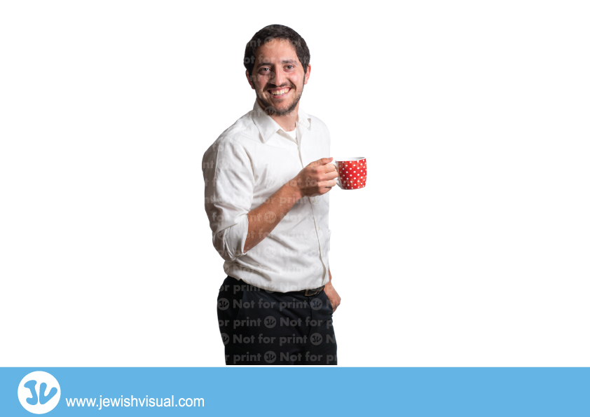 Man holding a red mug – איש מחזיק כוס אדומה